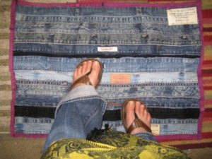 коврикRecycle-Denim-Floor-mat-from-Waistbands-and-insea